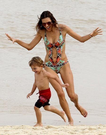 Siêu mẫu chơi đùa cùng con trai
