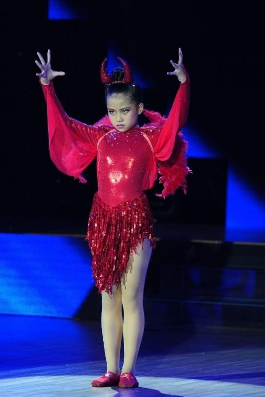 """Minh Hằng  quỳ gối trên sân khấu để """"dụ dỗ"""" thí sinh"""