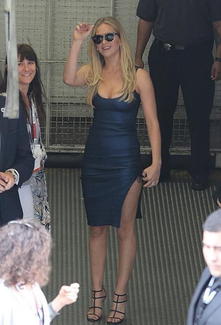 Jennifer Lawrence khoe vóc dáng không thua gì người mẫu