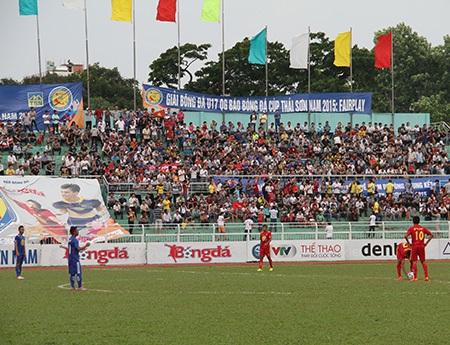 Hiếm có giải đấu trẻ nào ở cấp quốc gia đủ sức kéo khán giả đến sân Thống Nhất đông như thế này