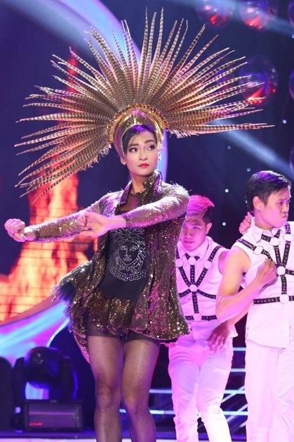Khương Ngọc thể hiện tiết mục múa Vũ điệu cồng chiêng của Tóc Tiên