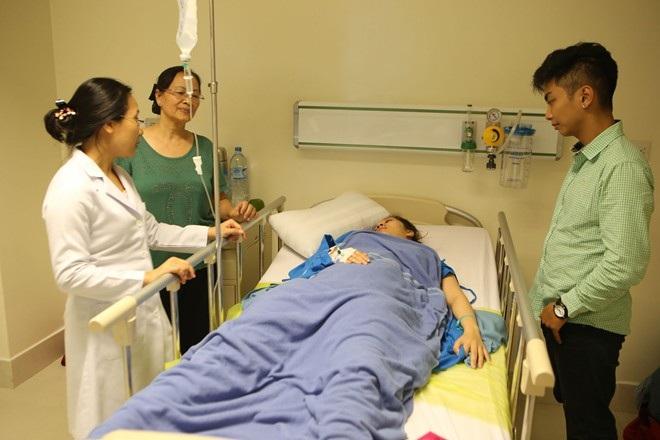 Mẹ Khánh Thi cũng túc trực để chăm sóc cho con gái