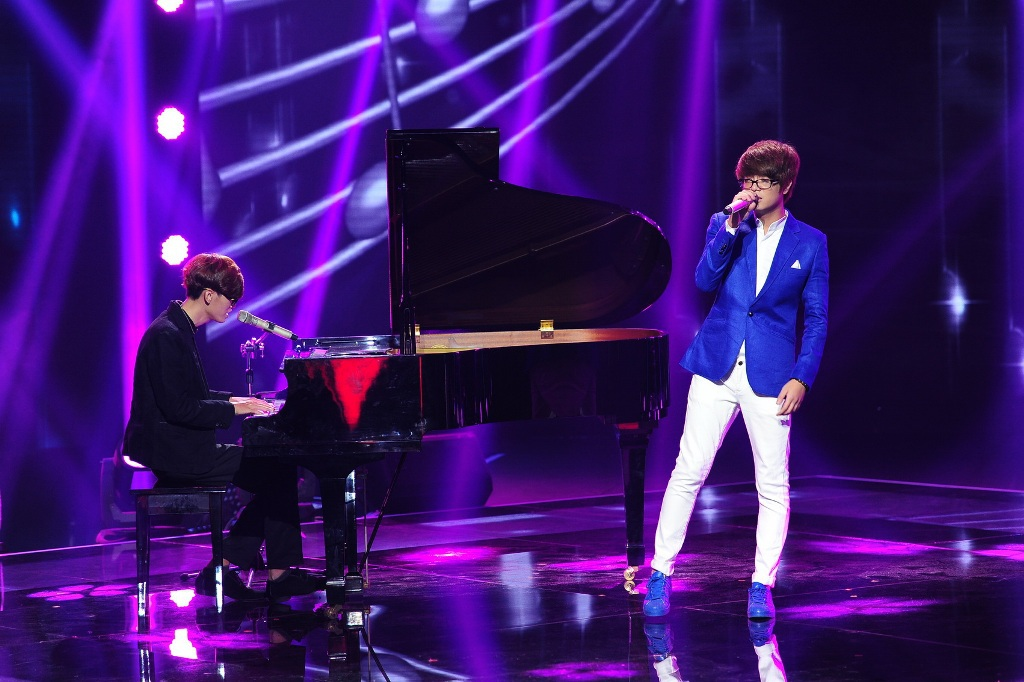 Bùi Anh Tuấn là khách mời trong đêm liveshow 1. Anh chọn thể hiện ca khúc mới nhất của mình.