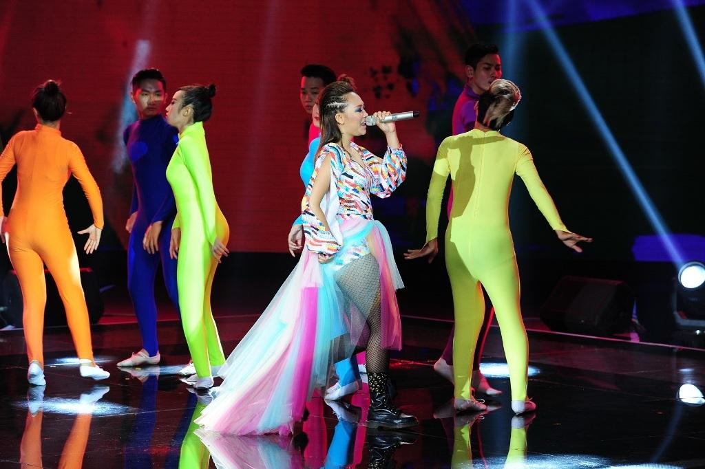 Kimmese đội Thu Phương biểu diễn ca khúc