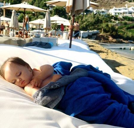 """""""Người đẹp ngủ … trên bờ biển"""", mẹ Tamara chú thích"""