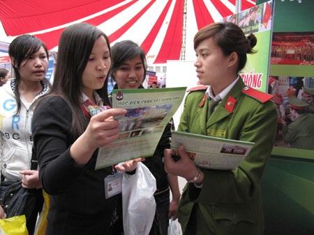 Sinh viên trường Công an tham gia ngày hội Tư vấn tuyển sinh (ảnh minh họa: Hồng Hạnh)