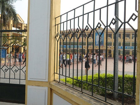 Ngày thứ 7 HS vẫn tới trường...(ảnh: Nguyễn Hùng)