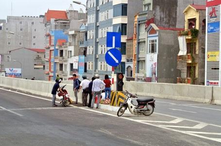 Người dân tập kết trên đường trên cao đoạn qua quận Thanh Xuân (ảnh: Quang Phong)