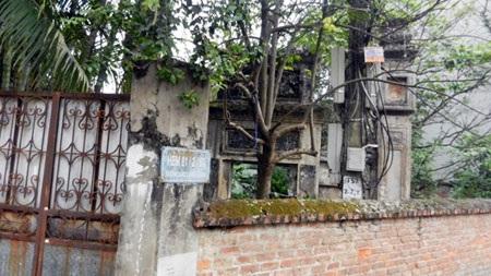 Đường vào chùa bị khóa kín, xây bịt bằng cổng sắt