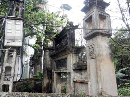 Cổng Tam quan chùa Quang Ân hoang tàn, đổ nát
