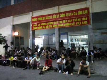 Chùm ảnh của Tùng Nguyên – Thảo Trần về cảnh người dân vạ vật chờ mua vé tàu tại ga Sài Gòn