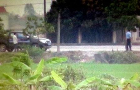 Thanh tra GTVT Hải Dương kiểm tra giấy tờ trong 5 giây trên QL37 (ảnh cắt từ clip: Tố Linh)