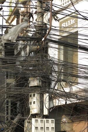 Một cột điện với các đường dây trên phố Khâm Thiên