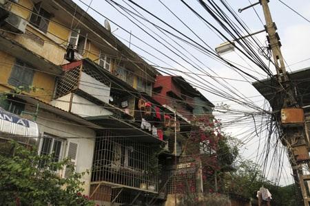 Mạng lưới đường dây trên phố Hàng Buồm