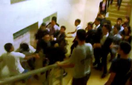 Hàng chục nhân viên Công ty Thiên Ngọc Minh Uy mặc áo vest hành hung nhóm sinh viên (ảnh: Anh Thế)