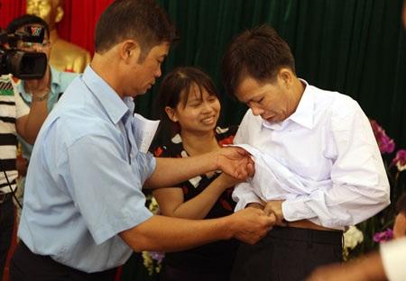 Sau 10 năm ông Chấn đã được mặc lại bộ quần áo bình thường (ảnh: Năng lượng mới)