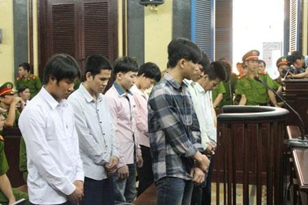 Các bị cáo nghe tòa tuyên án (ảnh: Quốc Anh)