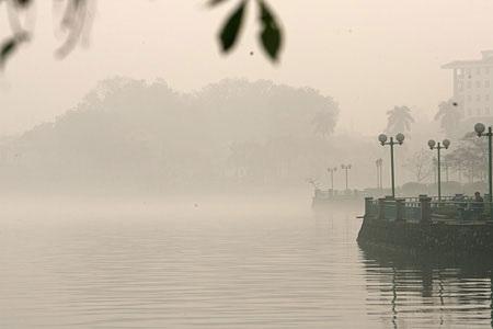 Hồ Tây trong sương sớm (ảnh: Hữu Nghị)