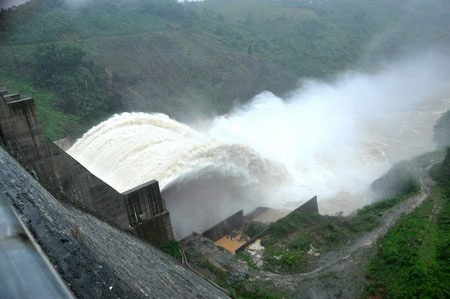 Hồ thủy điện Đăk Mi 4 xả lũ gây ngập nặng vùng hạ du (ảnh: Công Bính)