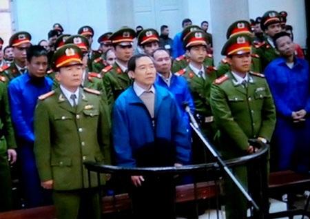 Dương Chí Dũng và các đồng phạm trước tòa (ảnh: P. Thảo)