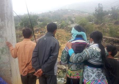 Nhiều người dân xã Sơn Bình vẫn còn chưa hoàn hồn sau vụ sập cầu kinh hoàng (ảnh: Xuân Thái)