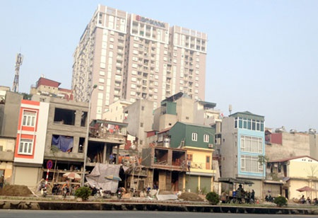 Đi trên tuyến đường này, nhiều người cảm thấy tức mắt vì những ngôi nhà quá lạ (ảnh: Quang Phong)