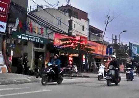 Công an phường đứng trong ngõ rình bắt vi phạm giao thông (ảnh: Anh Thế)