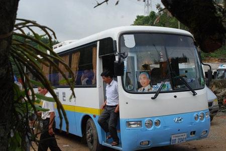 Đoàn xe mang theo hình Đại Tướng Võ Nguyên Giáp