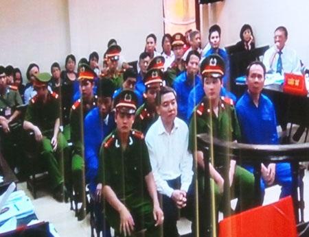 Dương Chí Dũng và các đồng phạm trước tòa sáng 29/4 (ảnh: P. Thảo)