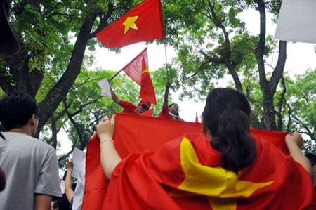 Người dân biểu lộ tình yêu với đất nước (ảnh minh họa: Quang Phong)