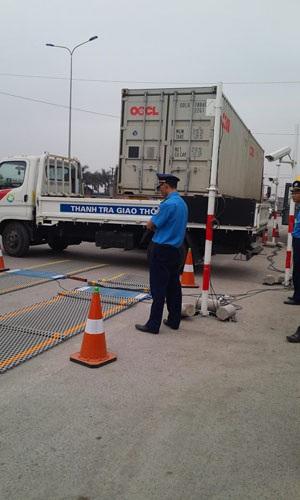 Trạm cân bị phá hỏng, việc cân tải trọng xe tạm ngưng trệ (ảnh: Thu Hằng)