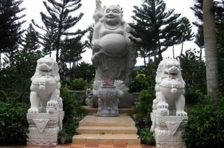 """Sư tử đá còn được """"sáng tạo"""" khi đặt hai bên của tượng thần tài (ảnh minh họa: Lê Tú)"""