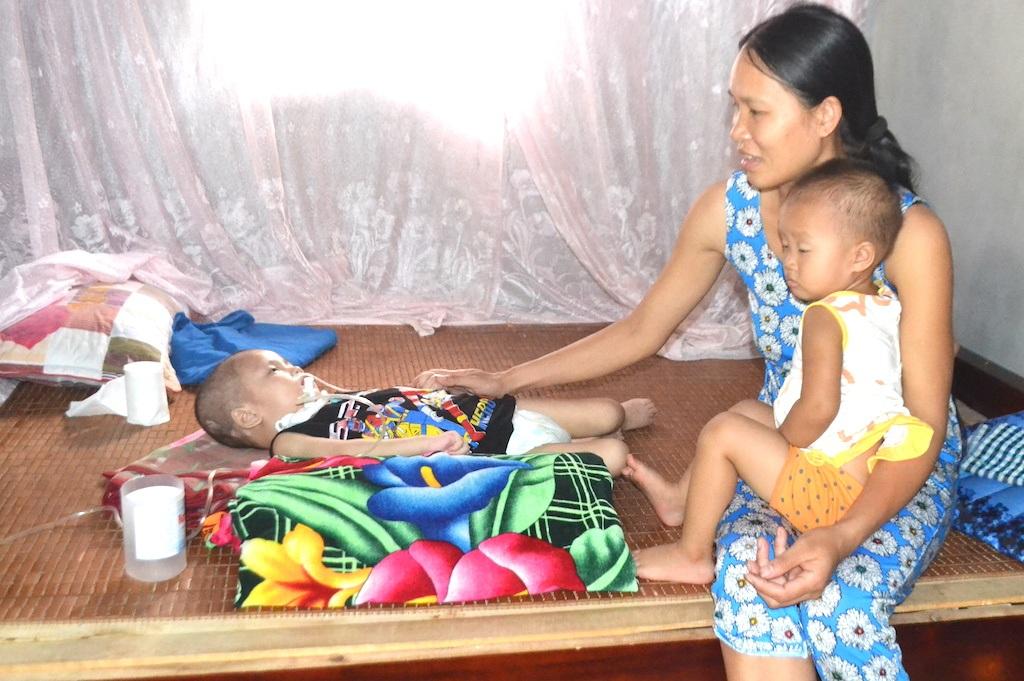 Nhiều hôm anh Hệ đi làm, ở nhà chị Hương một mình vừa chăm sóc cháu nhỏ, vừa chăm sóc con ốm nặng nằm một chỗ chờ chết.
