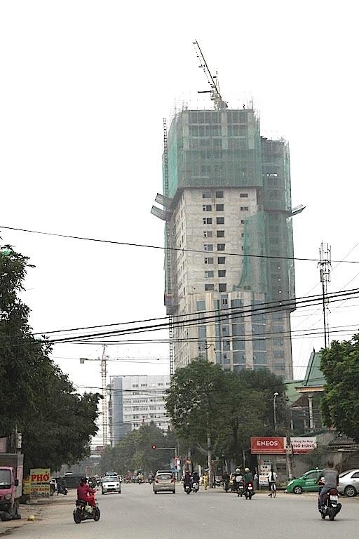 Một cần cẩu tháp treo lơ lửng trong nội thành TP.Vinh (Nghệ An) trên những trục đường chính và khu dân cư đông đúc khiến người dân thấp thỏm.