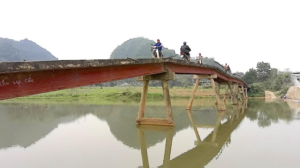 """Nghệ An: Rùng mình qua cây cầu """"13 tuổi""""... xuống cấp nghiêm trọng! - 3"""