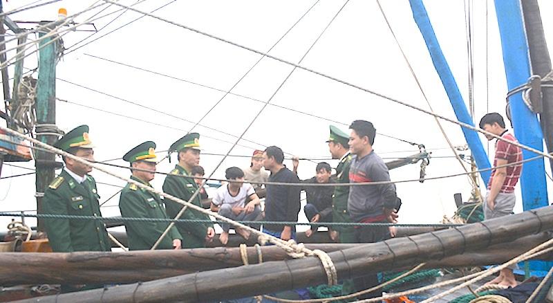 Bộ chỉ huy BĐBP Nghệ An đưa tàu cá cùng 8 ngư dân vào bờ an toàn (Ảnh: H.T).