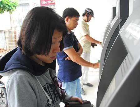 Nhiều khách hàng than phiền phí ATM hiện nay quá nhiều. Ảnh minh họa: HTD