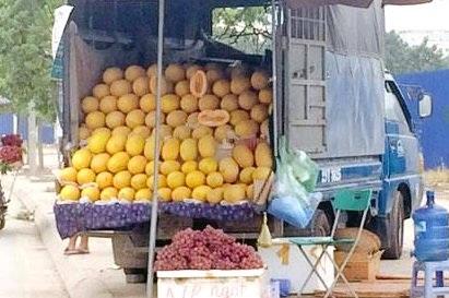 Dưa lưới vàng Trung Quốc đang được bày bán la liệt trên đường phố Hà Nội