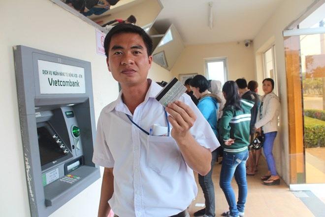 Nhiều công nhân lao đao vì cầm cố thẻ lương ATM. Ảnh minh họa, chụp tại KCN Biên Hòa 1.