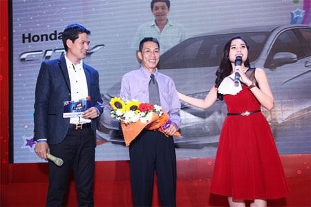 Ông Bùi Văn Chung (giữa) – khách hàng trúng Giải Đặc biệt 01 Xe Oto Honda City 2014