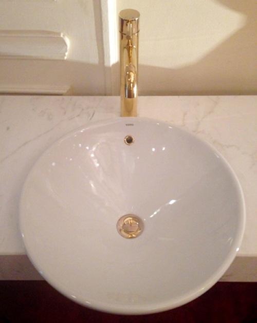 Vòi chậu rửa mặt cũng có những chi tiết bằng vàng thật