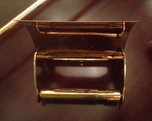 Ngay cả hộp đựng cuộn giấy vệ sinh cũng dát vàng