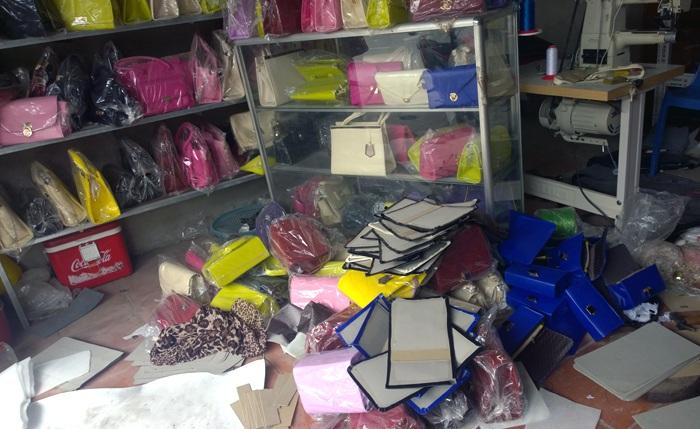 Túi được vứt la liệt dưới, trong tủ chờ xuất bán