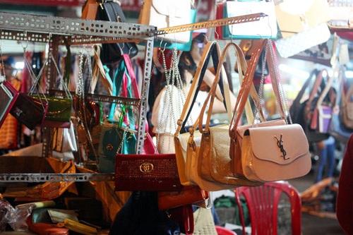 Ra đến cửa hàng, túi được bán với giá cao gấp đôi, gấp ba