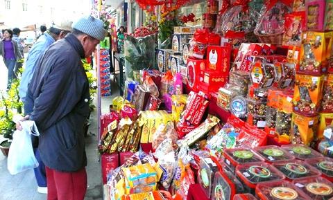 Dịp Tết Âm lịch năm nay, người tiêu dùng sẽ chỉ mua những mặt hàng thiết yếu