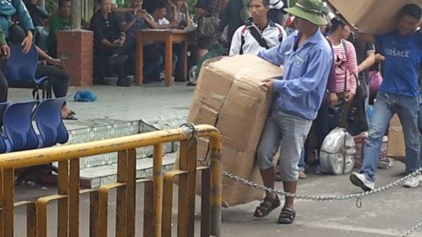 Xách hàng từ Trung Quốc về.