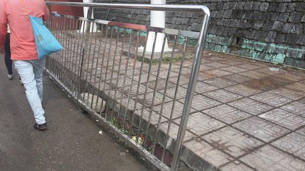 Hàng rào phân luồng tránh chen lấn và xô đẩy.