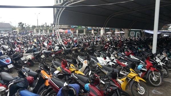Bãi xe của những người làm thủ tục sang Trung Quốc xách hàng quá tải.
