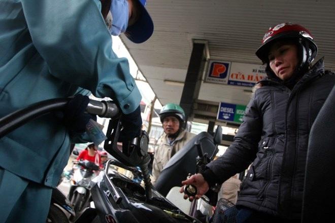 Đổ xăng tại cây xăng trên đường Nguyễn Lương Bằng HN. Ảnh: KỲ ANH