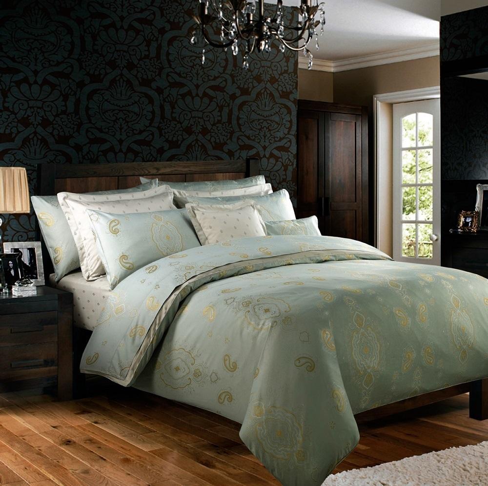 Họa văn gấm thêu tuyệt đẹp trên nền chất liệu cotton lụa màu xanh dịu mát, đầy sang trọng.